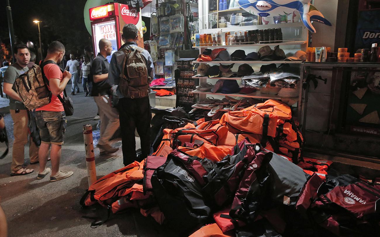 fake-life-vests-soak-up-chances-of-survival-for-shipwrecked-refugees3