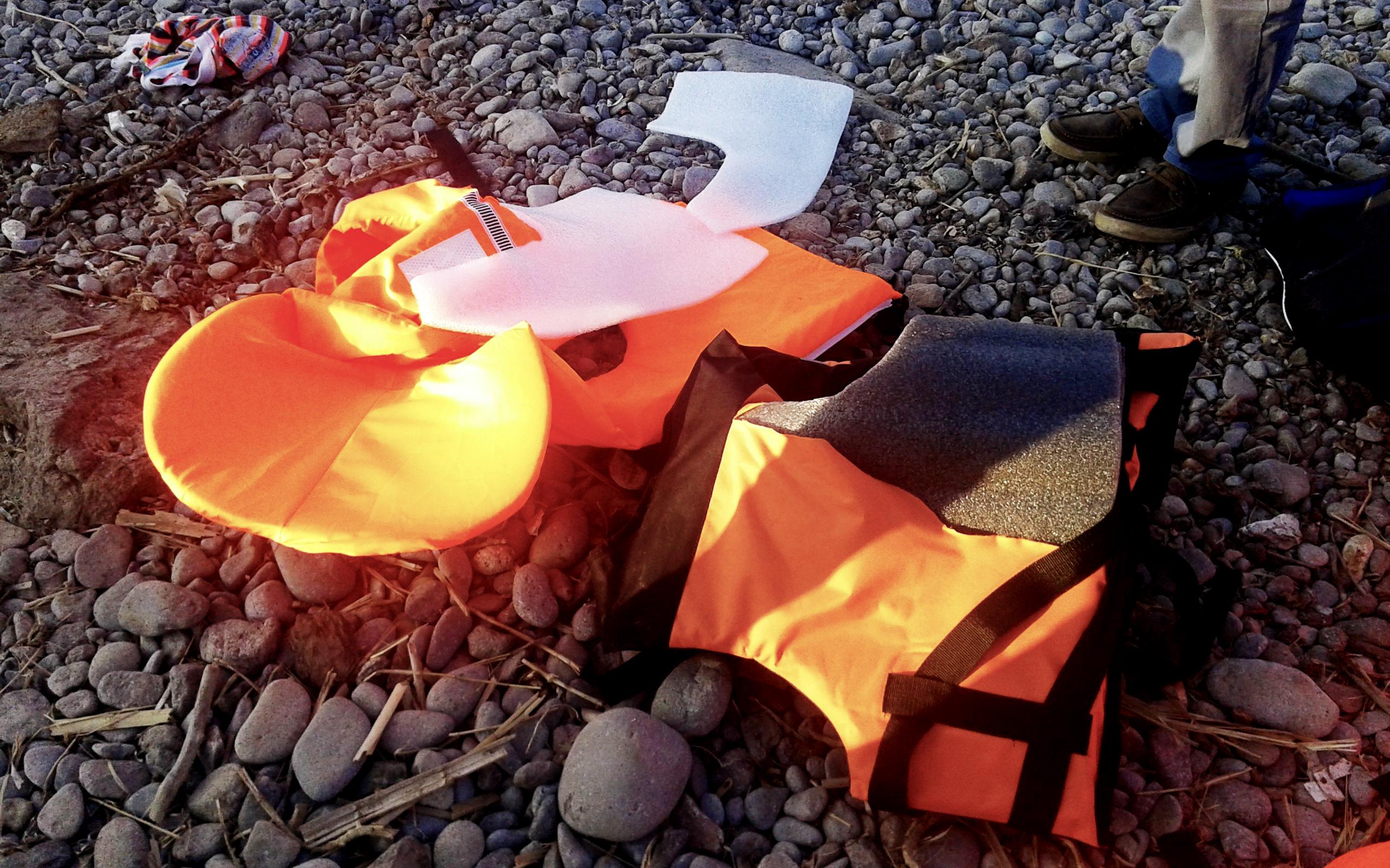 fake-life-vests-soak-up-chances-of-survival-for-shipwrecked-refugees5