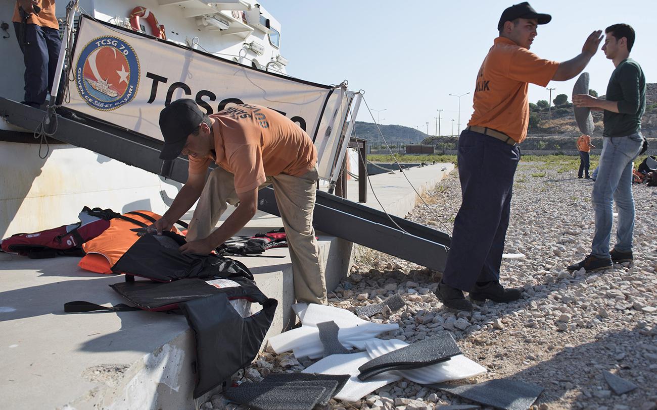 fake-life-vests-soak-up-chances-of-survival-for-shipwrecked-refugees1