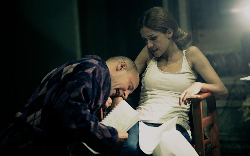 Λαέρτης Μαλκότσης και Ιωάννα Παππά σε μια σκηνή από τη «Μιράντα», σε σκηνοθεσία Οσκαρας Κορσουνόβας.