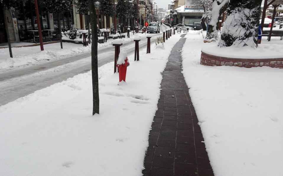 Η κεντρική πλατεία στο Καρπενήσι «πνιγμένη» στο χιόνι, εκτός από ένα πεντακάθαρο μονοπάτι. Δεν είναι αποτέλεσμα της σχολαστικότητας των συνεργείων του δήμου, αλλά του «θαύματος» της γεωθερμίας.