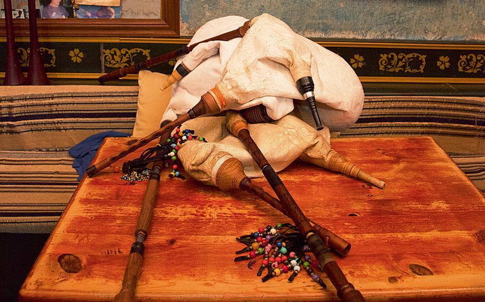 Ξεκούραση και τσίπουρο στο «Ο μπουφές και το μασάλι», στο Πραγγί. (Φωτογραφία: ΟΛΓΑ ΧΑΡΑΜΗ)