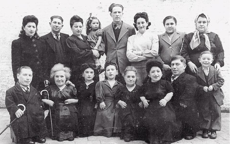 Η οικογένεια Οβιτς σε πλήρη σύνθεση με τα παιδιά και τους συζύγους τους. Ο νανισμός δεν πέρασε στους απογόνους τους.