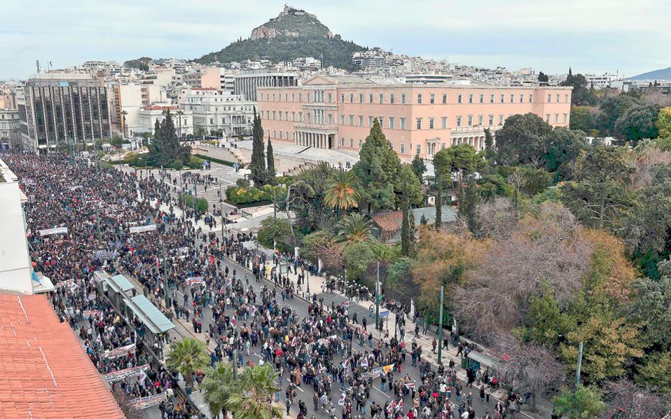 Περίπου 50.000 δημόσιοι και ιδιωτικοί υπάλληλοι, επιστήμονες, επιχειρηματίες, βιοτέχνες, καταστηματάρχες, αυτοκινητιστές διαδήλωσαν χθες κατά του ασφαλιστικού νομοσχεδίου. Η συγκέντρωση έξω από τη Βουλή είχε όγκο, παλμό, ενώ δεν έλειψαν και τα συνήθη επεισόδια με ομάδες κουκουλοφόρων, που πέταξαν βόμβες μολότοφ και άλλα αντικείμενα σε άνδρες των ΜΑΤ, οι οποίοι απάντησαν με χρήση χημικών.
