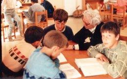 Η Ανέτ Σλουμπερζέ με τους μικρούς βιβλιόφιλους του Βελβεντού (αρχείο Μορφωτικού Ομίλου Βελβεντού).