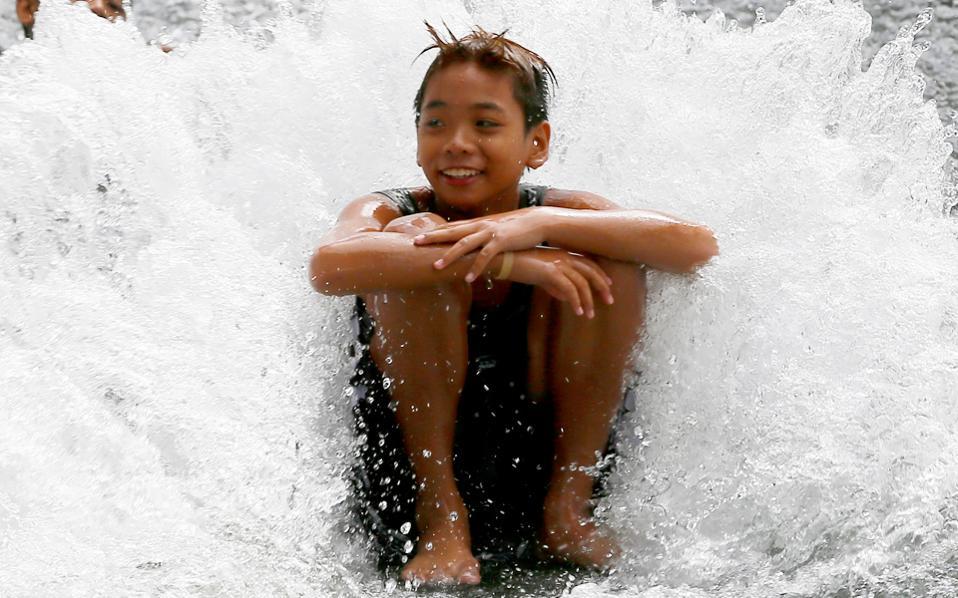 Μεγάλη χαρά έδωσε στα παιδιά η διαρροή σωλήνα ύδρευσης σε υποβαθμισμένη συνοικία της Μανίλας, η οποία πλήττεται από ανομβρία εξαιτίας του φαινομένου Ελ Νίνιο.