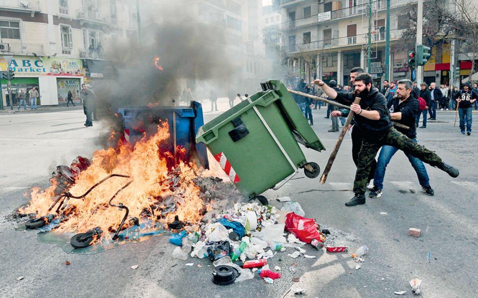 Να υποβαθμίσουν τα επεισόδια και τις εικόνες σύγκρουσης αγροτών με αστυνομικούς θέλησαν πηγές του Μαξίμου.