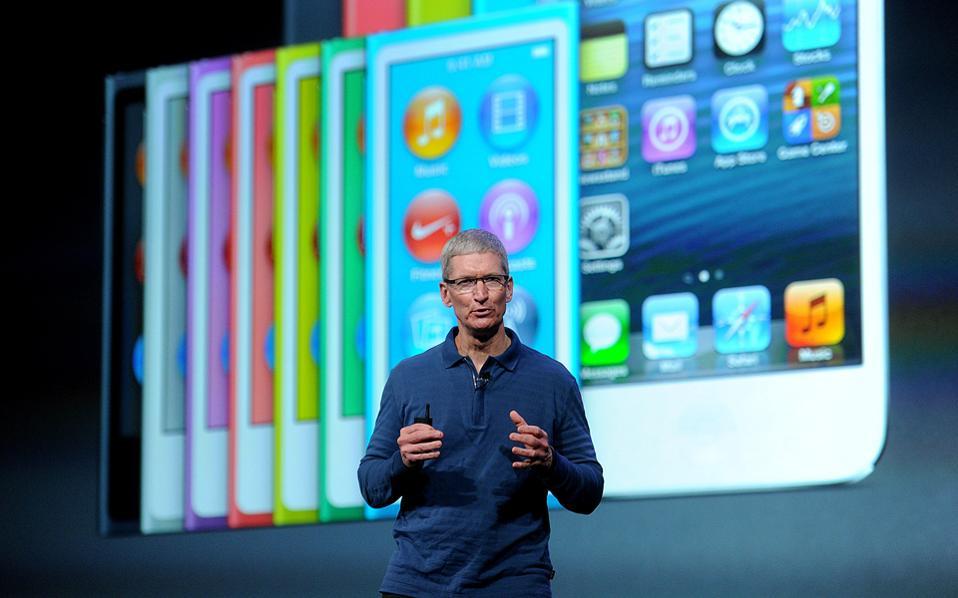 «Ανεξαρτήτως των ιδιαίτερα ακραίων και απρόβλεπτων συνθηκών σήμερα, εμείς θα συνεχίσουμε να επενδύουμε σε έρευνα και ανάπτυξη», διαβεβαιώνει ο επικεφαλής της Apple, Τιμ Κουκ.