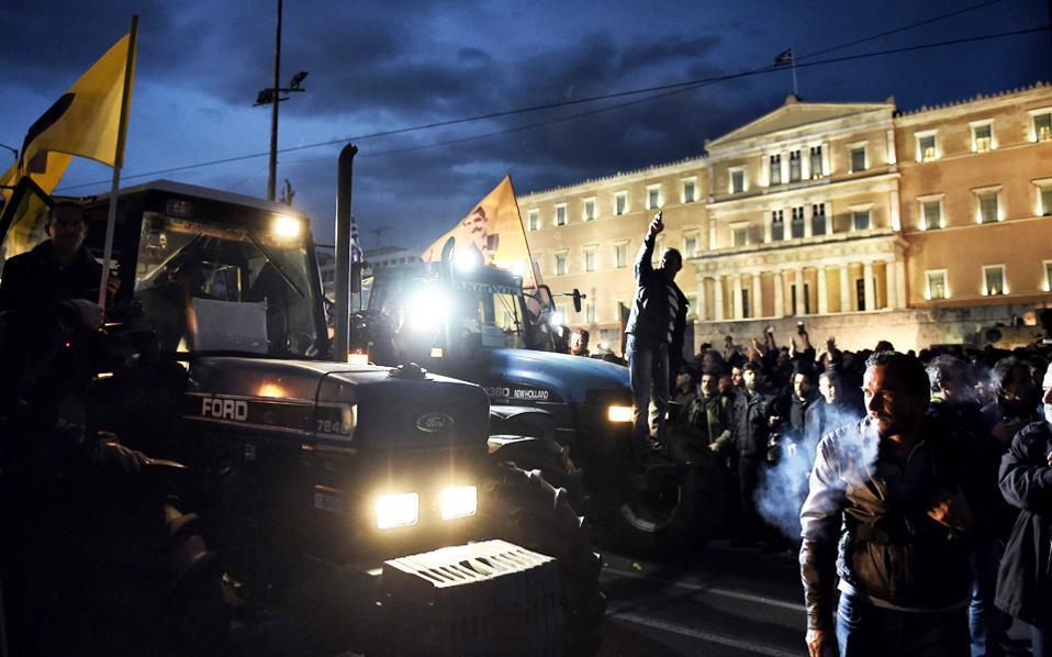 Η εικόνα της «πολιορκούμενης» Βουλής το βράδυ της Παρασκευής από αγανακτισμένους αγρότες, στο «μπλόκο» του Συντάγματος, έκανε τον γύρο του κόσμου, αναζωπυρώνοντας και στη διεθνή επικαιρότητα το χρονίζον, σύνθετο «ελληνικό ζήτημα».