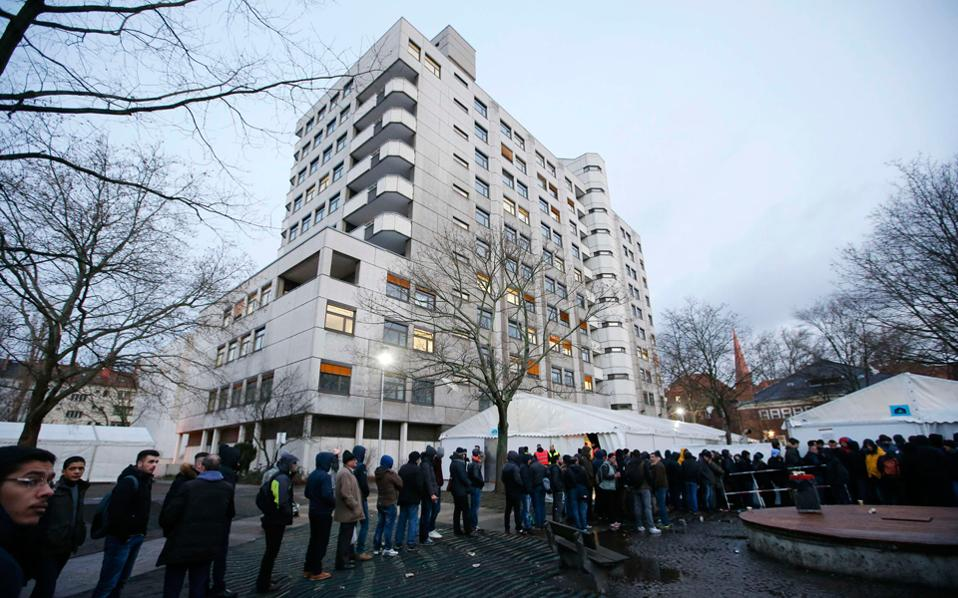 3365bf574c67 Μεγάλη ουρά είχε σχηματισθεί χθες το πρωί έξω από την υπηρεσία υγείας στο  Βερολίνο από πρόσφυγες που περίμεναν να καταγραφούν.