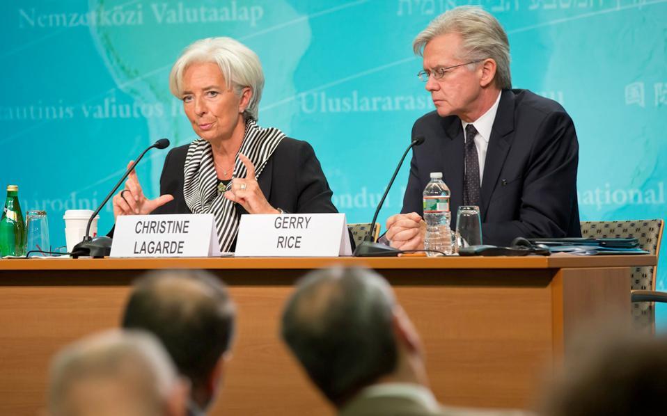 Ο εκπρόσωπος Τύπου του Ταμείου, Τζέρι Ράις (Δ), δίπλα στην επικεφαλής του, Κριστίν Λαγκάρντ.