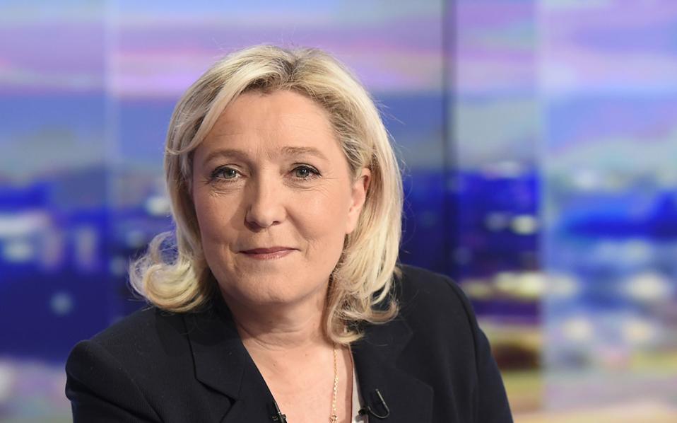 Η Μαρίν Λεπέν τείνει προς τον «φιλελεύθερο προστατευτισμό», προκειμένου να «αποδαιμονοποιήσει» το κόμμα.