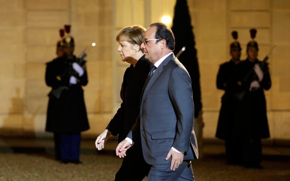 Σε δείπνο στο Παρίσι, με παρόντες μόνο τους δύο πιο στενούς συμβούλους του κάθε ηγέτη, η κ. Αγκελα Μέρκελ πρότεινε την προσωρινή έξοδο της Ελλάδας από την Ευρωζώνη και ζήτησε τη γνώμη του κ. Φρανσουά Ολάντ. Ηταν Δευτέρα βράδυ, 6 Ιουλίου του 2015, μία μόλις ημέρα μετά τον θρίαμβο του «Οχι» στο δημοψήφισμα.