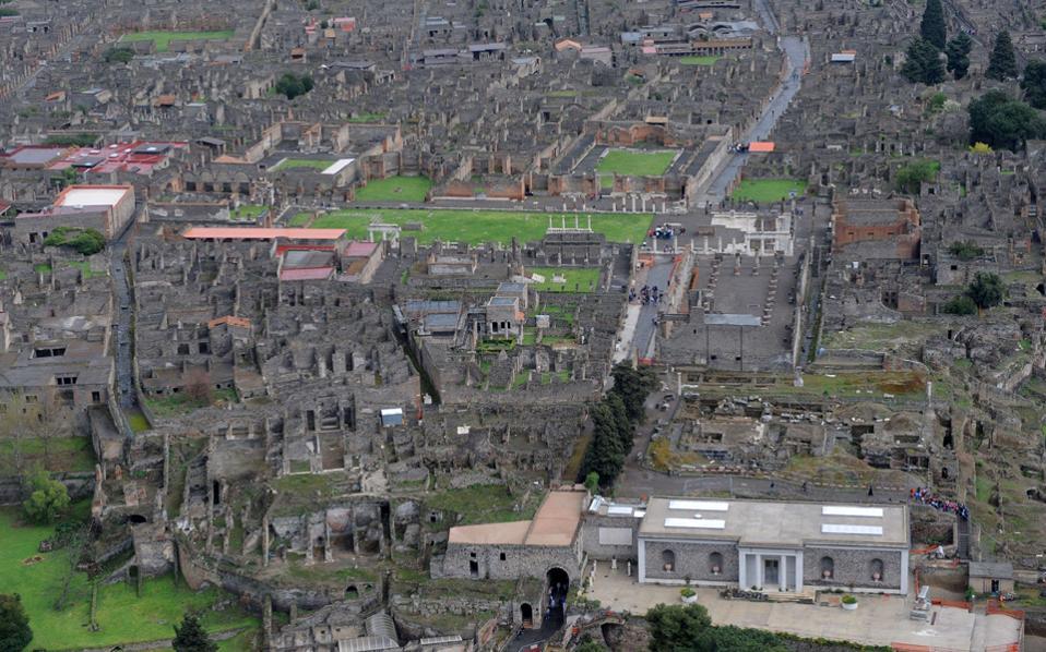 Το πιο εντυπωσιακό στοιχείο της Πομπηίας είναι το μέγεθός της, το γεγονός ότι αντιλαμβάνεται κανείς πώς ήταν κτισμένη μια αρχαία πόλη με τους δημόσιους και τους ιδιωτικούς χώρους της.