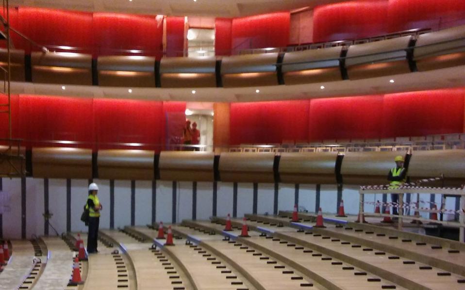 Στην κεντρική σκηνή της όπερας ξεκίνησε η τοποθέτηση των καθισμάτων στην πλατεία.