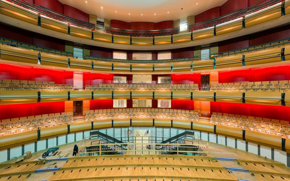 Οι εργασίες βρίσκονται πλέον στο τελικό στάδιο, με τα εντυπωσιακά νέα κτίρια της Εθνικής Βιβλιοθήκης και της Εθνικής Λυρικής Σκηνής (φωτογραφία) να παίρνουν σταδιακά την οριστική μορφή τους.