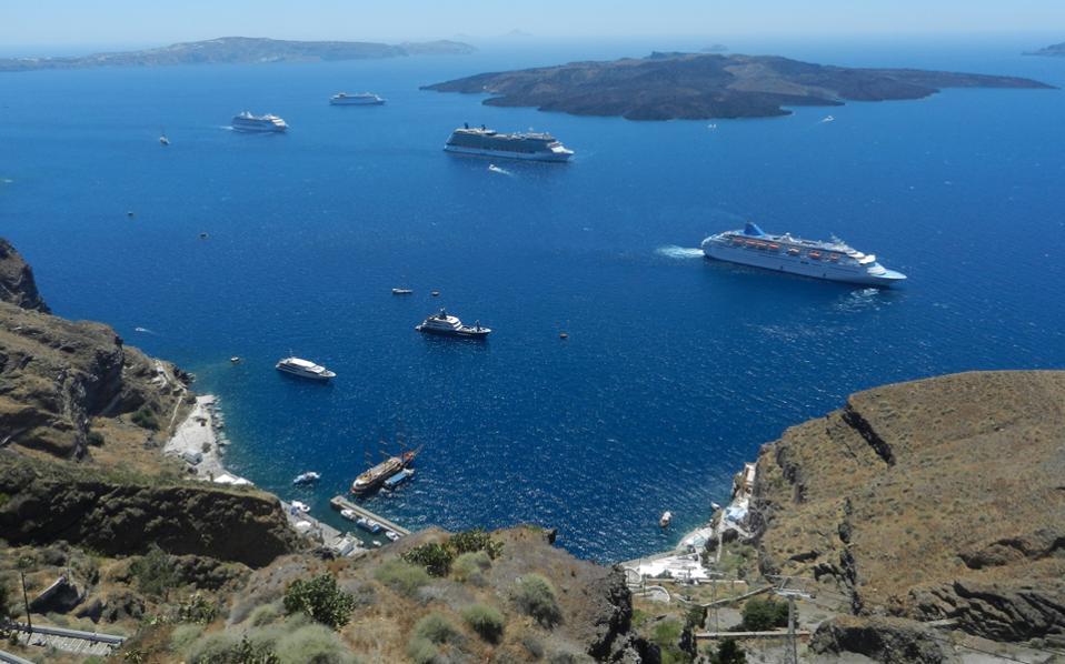Η Σαντορίνη το 2015 δέχθηκε 636 αφίξεις κρουαζιερόπλοιων. Ετσι, στη σχετική λίστα με τους ελληνικούς προορισμούς που δέχονται κρουαζιερόπλοια κατέλαβε την πρώτη θέση, αφήνοντας στη δεύτερη τον Πειραιά.