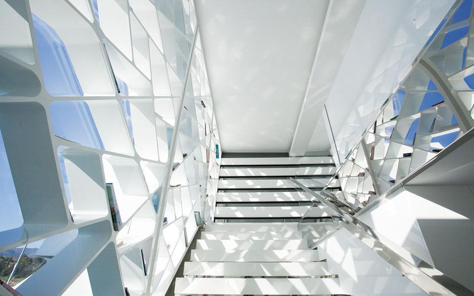 Ο βιοκλιματικός σχεδιασμός επιτρέπει στον ήλιο να ζεσταίνει τους χώρους τους χειμερινούς μήνες και τον αποτρέπει το καλοκαίρι. Παράλληλα εκτονώνει τον θερμό αέρα προς τα έξω.