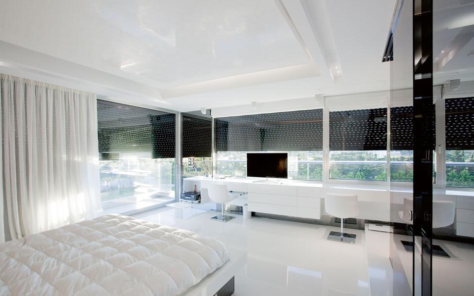 Ο σχεδιασμός στο εσωτερικό είχε στόχο να δημιουργήσει ένα πολυτελές και εργονομικό περιβάλλον, με καθαρές γραμμές και έμφαση στις λευκές επιφάνειες.