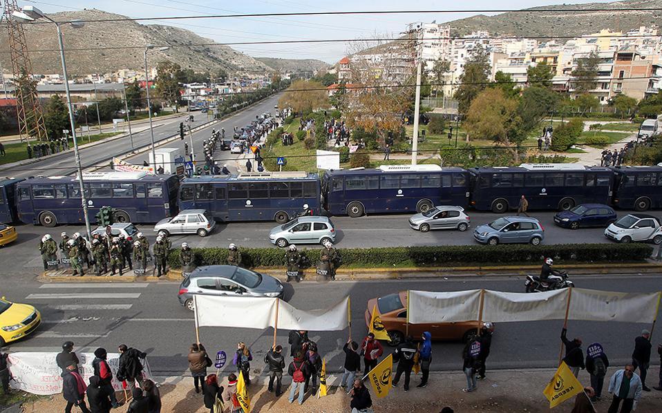Διαδηλωτές κρατούν πανό κατά τη διάρκεια συγκέντρωσης με αφορμή τη δημιουργία Κέντρου Μετεγκατάστασης Προσφύγων στην περιοχή του Σχιστού ΑΠΕ-ΜΠΕ/ΠΑΝΤΕΛΗΣ ΣΑΪΤΑΣ