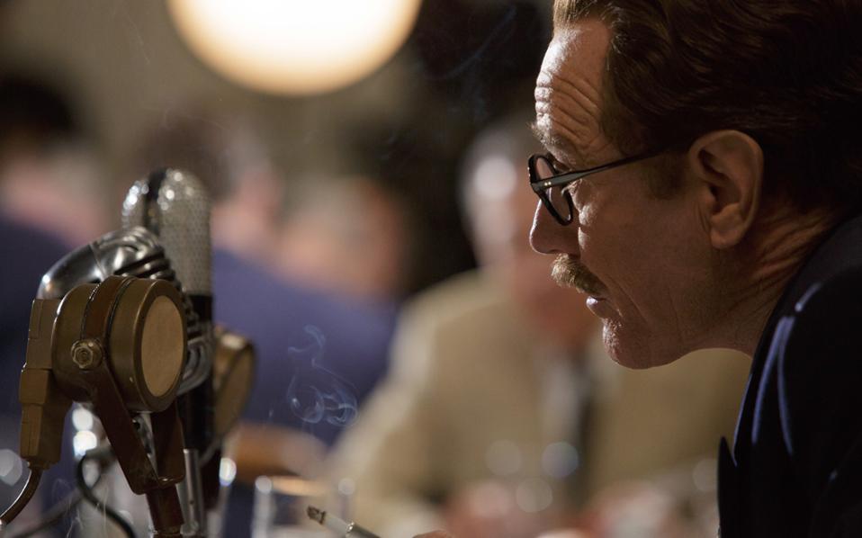O ηθοποιός Μπράιαν Κράνστον ενσαρκώνει τον σεναριογράφο Ντάλτον Τράμπο. Η ερμηνεία του είναι υποψήφια για Οσκαρ Α΄ ανδρικού ρόλου.