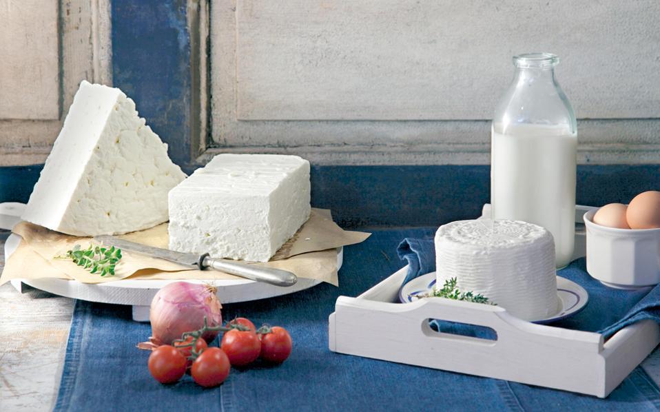 Ενώ ζητάμε κανένας σε όλο τον κόσμο να μην έχει δικαίωμα να παράγει φέτα, εμείς εδώ στην Ελλάδα πουλάμε στα εστιατόρια και στα ξενοδοχεία μας λευκό τυρί στους τουρίστες, ακόμα και μέσα στη χωριάτικη σαλάτα. Ετσι, η παραγωγή φέτας παρουσιάζει διαρκή μείωση από το 2011 και μετά.