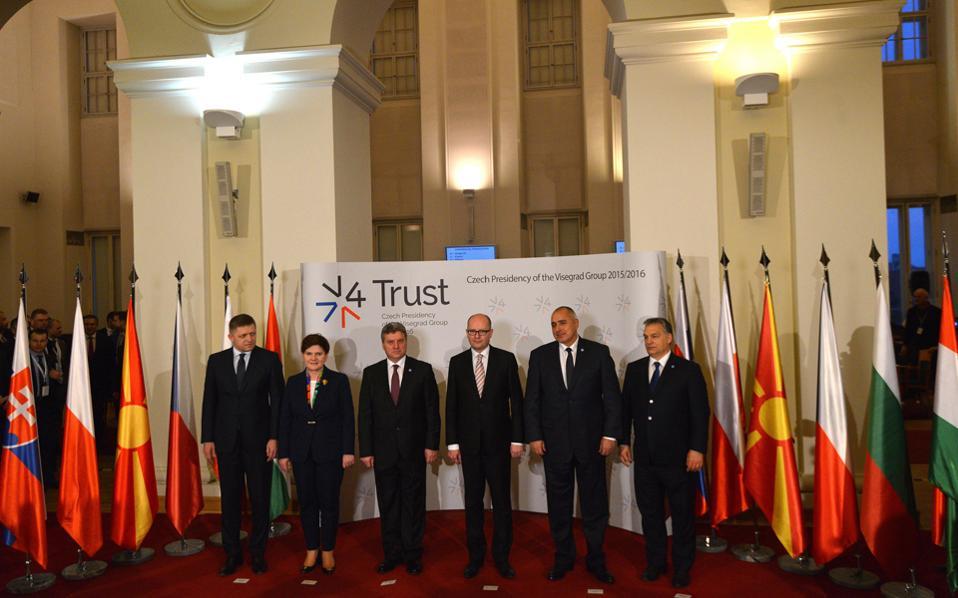 Οικογενειακή φωτογραφία της χθεσινής συνάντησης της ομάδας του Βίζεγκραντ στην Πράγα (από αριστερά): ο Σλοβάκος πρωθυπουργός Ρόμπερτ Φίκο, η Πολωνή ομόλογός του Μπεάτα Σίντλο, ο πρόεδρος της ΠΓΔΜ Γκιόργκε Ιβάνοφ, ο Τσέχος πρωθυπουργός Μπόχουσλαβ Σομπότκα, ο Βούλγαρος συνάδελφός του Μπόικο Μπορίσοφ και ο Ούγγρος πρωθυπουργός Βίκτορ Ορμπαν. Ο Αλέξης Τσίπρας προσεκλήθη, αλλά δεν πήγε στην ουγγρική πρωτεύουσα λόγω φόρτου εργασίας.