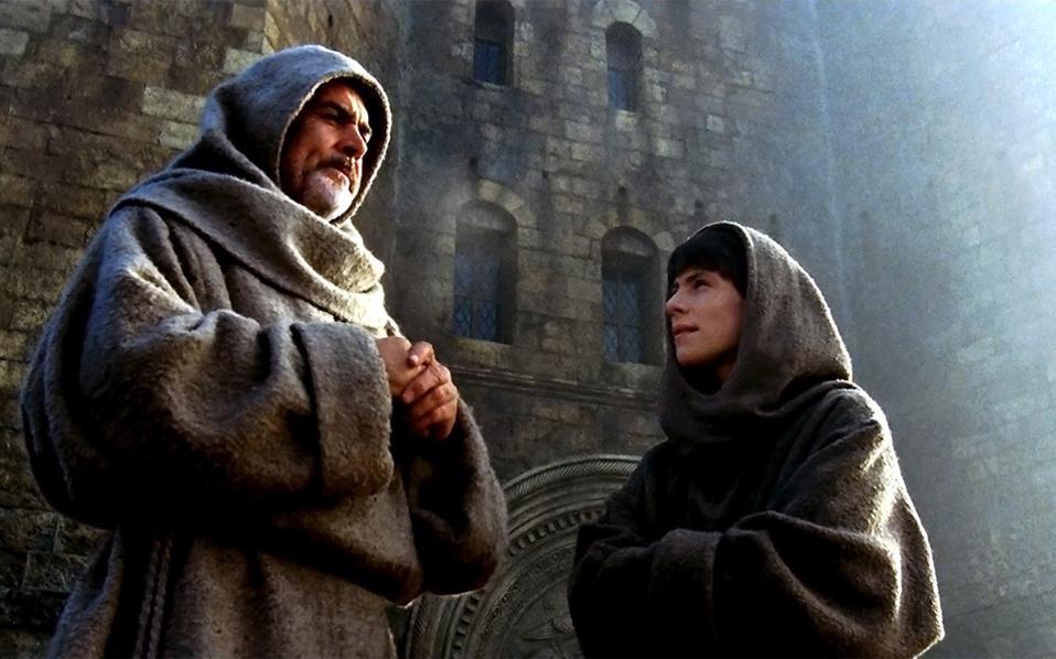 «Το Ονομα του Ρόδου»: η κινηματογραφική μεταφορά (1986) από τον Ζαν-Ζακ Ανό με τους Σον Κόνερι και Κρίστιαν Σλέιτερ. Το πρωτότυπο μυθιστόρημα ήταν απλά θεσπέσιο: μια κορυφαία στιγμή του ευρωπαϊκού storytelling, που συνδύαζε ιστορία, επιστήμη, μηχανορραφίες και έρωτα.