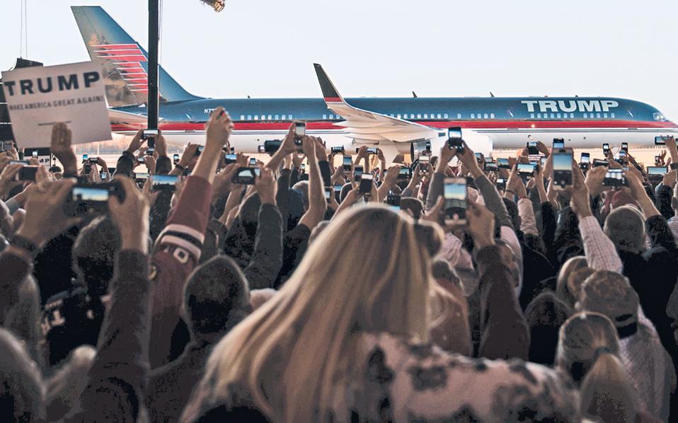 Πλήθος κόσμου περίμενε τον υποψήφιο για το χρίσμα του Ρεπουμπλικανικού Κόμματος Ντόναλντ Τραμπ το περασμένο Σάββατο στο αεροδρόμιο στο Μίλινγκτον του Τενεσί.