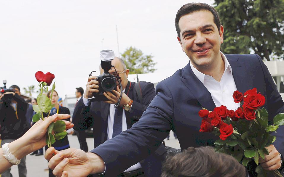 Πάρτε, κυρία μου, λουλούδια! Στο τέλος, αυτοί οι Τούρκοι θα τον βάλουν να φορέσει και γραβάτα. Θα το δείτε...