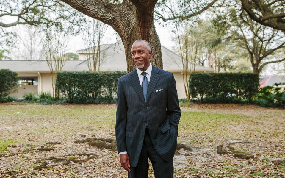 Ο δικηγόρος Κλιντ Σμιθ δέχθηκε μη συμβατό νεφρικό μόσχευμα, αφού υποβλήθηκε σε «απευαισθητοποίηση». Σήμερα νιώθει ότι ξαναγεννήθηκε.