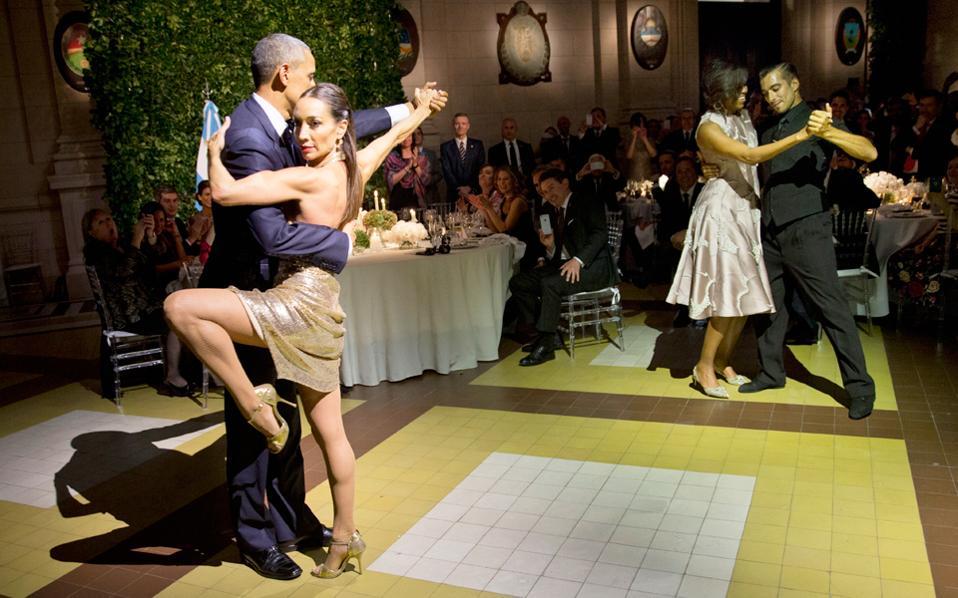 Ο πρόεδρος των ΗΠΑ Μπαράκ Ομπάμα και η Πρώτη Κυρία της χώρας, Μισέλ Ομπάμα, χόρεψαν τάνγκο με επαγγελματίες του είδους στη διάρκεια επίσημου δείπνου στο Πολιτιστικό Κέντρο Κίρχνερ στο Μπουένος Αϊρες της Αργεντινής.