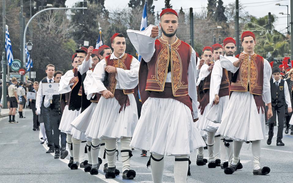 Μαθητές, ντυμένοι εύζωνες –αειθαλή σύμβολα της γενναιότητας και της αγνότητας των εθνικών αγώνων– παρελαύνουν μπροστά από το Μνημείο του Αγνωστου Στρατιώτη για την εθνική επέτειο της 25ης Μαρτίου.