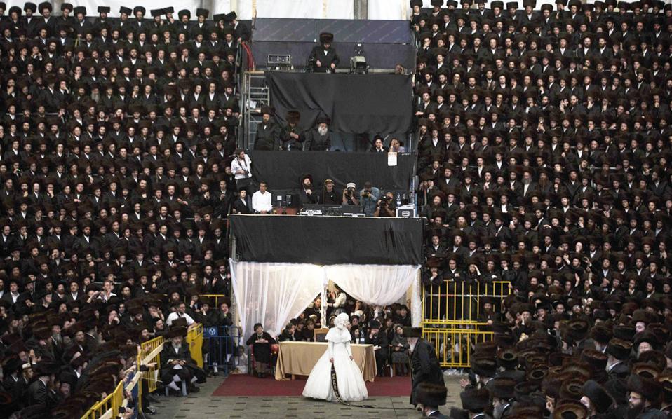Γαμήλια τελετή υπερορθοδόξων Εβραίων. Η λύση του γάμου επιβάλλει τη διευθέτηση του ζητήματος από τα ραββινικά δικαστήρια, με αποτέλεσμα χιλιάδες γυναίκες να παραμένουν «σιδηροδέσμιες» στα δεσμά του γάμου.