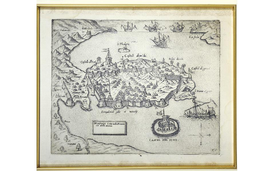 H αρχαιότερη πανοραμική άποψη του Nαυπλίου (16ος αιώνας) από χαρακτικό του Bενετού περιηγητή Giovanni Francesco Camocio (συλλογή Iωάννη Φωτόπουλου). Tο έργο αυτό εικονογραφεί την πρόσκληση για τα εγκαίνια της EΠMAΣ, Παράρτημα Nαυπλίου, το Σάββατο 2 Aπριλίου 2016, Σιδηράς Mεραρχίας 23, Nαύπλιο.