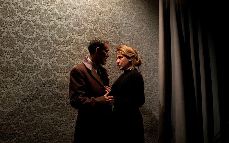 Σκηνή από «Το κουκλόσπιτο» του Ιψεν σε σκηνοθεσία Γιώργου Σκεύα.