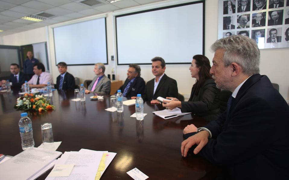 Ο υφυπουργός Αθλητισμού Σταύρος Κοντονής (Δ) συνομιλεί με τους απεσταλμένους της FIFA και UEFA, πρόεδρο της ΚΟΠ Κωστάκη Κουτσοκούμνη, Primo Corvaro, Angelo Rigopoulos  και τον πρόεδρο της ΕΠΟ Γιώργο Γκιρτζίκη.