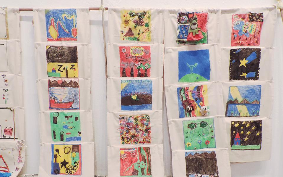 Η Συνεταιριστική Εταιρεία Σίφνου διένειμε δωρεάν υφασμάτινες τσάντες σε όλους τους μαθητές του νησιού, οι οποίοι τις απογείωσαν, ζωγραφίζοντάς τες.