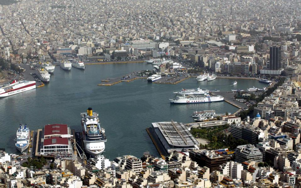 Στο νομοσχέδιο που ετέθη την Πέμπτη σε δημόσια διαβούλευση, με τίτλο «Μεταρρύθμιση του Συστήματος Εποπτείας και Ελέγχου του Ελληνικού Λιμενικού Συστήματος και άλλες διατάξεις», προβλέπεται η ίδρυση Δημόσιας Αρχής Λιμένων (ΔΑΛ), και όχι λιμένος Πειραιά, και με δραστικά περιορισμένες αρμοδιότητες σε σχέση με αυτές που προέβλεπαν τα προηγούμενα προσχέδια νόμου του υπουργείου.