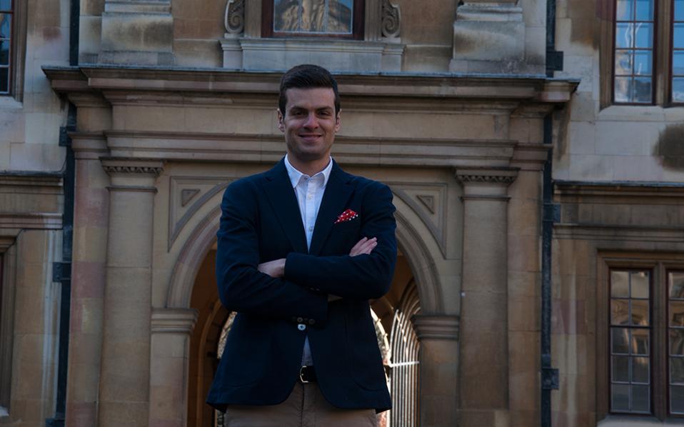 Νίκος Αλετράς, 30 ερευνητής εφαρμογών Amazon Γεννήθηκε και μεγάλωσε στο Νεοχώρι Μεσολογγίου και αποφοίτησε από το Τμήμα Επιστήμης Υπολογιστών στο Πανεπιστήμιο Κρήτης, ενώ συνέχισε τις μεταπτυχιακές σπουδές του στο Πανεπιστήμιο του Σέφιλντ στο Ηνωμένο Βασίλειο. Κατόπιν, στο ίδιο πανεπιστήμιο ολοκλήρωσε το διδακτορικό του πάνω στην Επεξεργασία Φυσικής Γλώσσας (Natural Language Processing, NLP). Τα ερευνητικά του ενδιαφέροντα περιλαμβάνουν Επεξεργασία Φυσικής Γλώσσας, Μηχανική Μάθηση (Machine Learning) και Υπολογιστική Σημασιολογία (Computational Semantics). Στην πρώτη μεταδιδακτορική του δουλειά στο University College London δούλεψε πάνω στην εξαγωγή πληροφορίας για τους χρήστες του Twitter, όπως ο επαγγελματικός κλάδος, το εισόδημα και το κοινωνικο-οικονομικό στάτους, από το υλικό που αναρτούν και τη συμπεριφορά τους στο μέσο. Σήμερα εργάζεται για την Amazon ως μέρος της ομάδας Evi, η οποία δουλεύει πάνω σε λύσεις τεχνητής νοημοσύνης για το Amazon Echo.