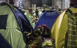 Στην Πέτρινη Αποθήκη του λιμανιού από τις αρχές Μαρτίου μένουν σχεδόν 400 πρόσφυγες και μετανάστες. Κάθε σπιθαμή γης έχει καλυφθεί από αντίσκηνα. «Θέλω να πάω στην Ευρώπη ή να γυρίσω στη Συρία», λένε στην «Κ».