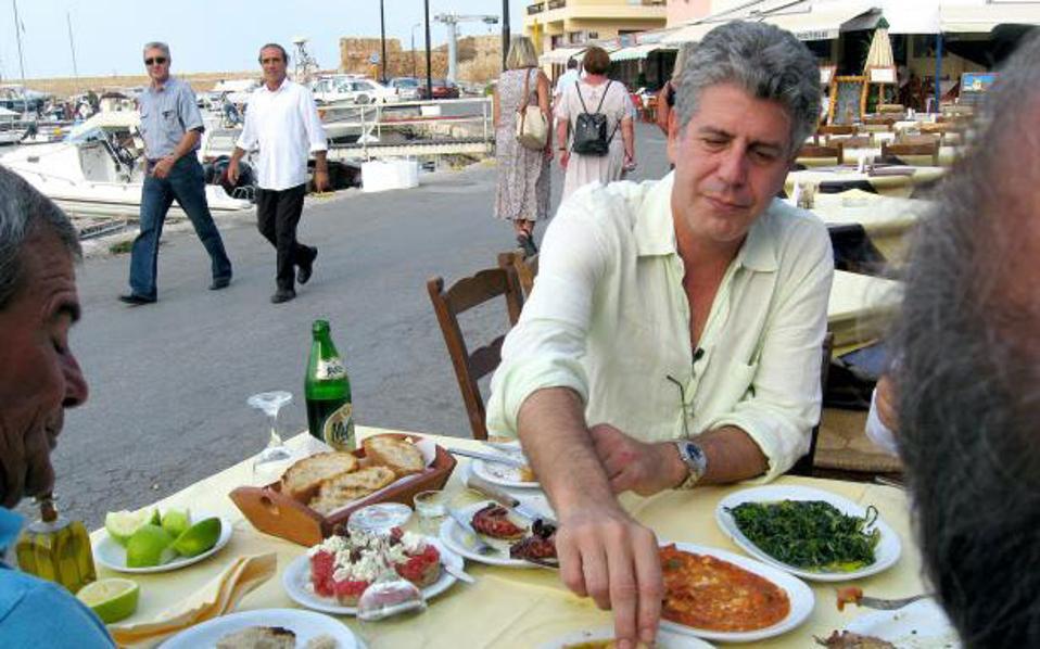 """Ο κ. Μπουρντέν και οι συνεργάτες του """"όργωσαν"""" την Ελλάδα αλλά δεν κατάφεραν να βρουν το τέλειο σουβλάκι."""