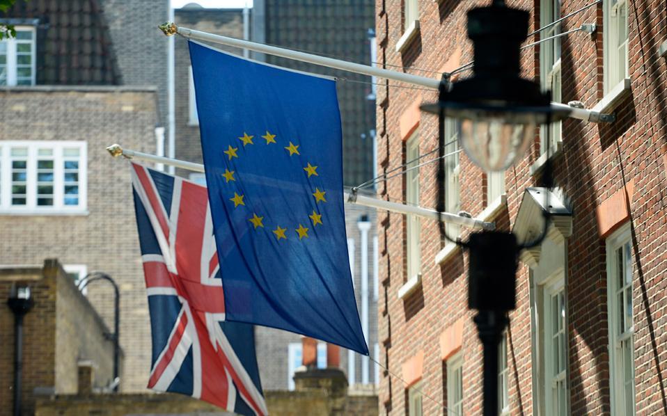 Η πολυτάραχη πορεία της ελληνικής οικονομίας δεν φαίνεται να είναι πλέον ψηλά στην ατζέντα της αμερικανικής εξωτερικής πολιτικής. Αναμφίβολα για την Ουάσιγκτον προέχει η αποτροπή του Brexit, δηλαδή της εξόδου της Μ. Βρετανίας από την Ε.Ε.