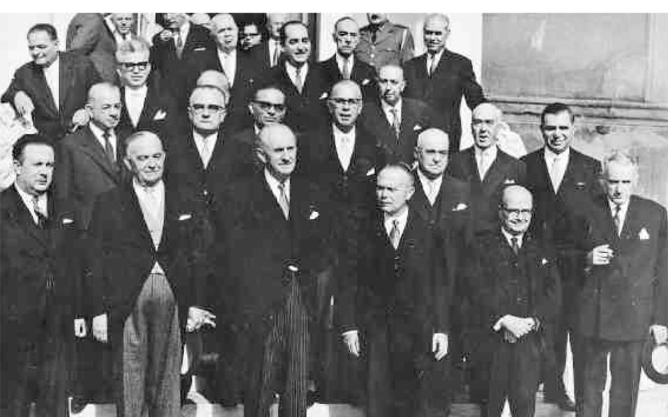 Ο Γ. Παπανδρέου περιστοιχιζόμενος από τον Γ. Νόβα, δεξιά του, και τον Σοφοκλή Βενιζέλο, αριστερά του, και άλλα μέλη της πρώτης κυβέρνησης της Ενώσεως Κέντρου, μετά τη νίκη του κόμματός του στις εκλογές της 3ης Νοεμβρίου 1963.