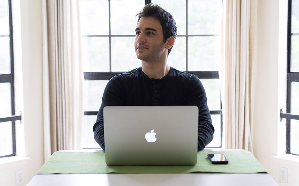 """Λευτέρης Ιωαννίδης, 23 μηχανικός Ασφάλειας Λογισμικού Apple Computer Αν κρατάτε ένα iphone ή έναν Mac υπολογιστή και είστε σίγουροι για την ασφάλεια των δεδομένων σας, το οφείλετε, ανάμεσα σε άλλους, και στον Λευτέρη Ιωαννίδη και στην ομάδα του, καθώς αποστολή του είναι να κρατάει τους επίδοξους χάκερ έξω από το λογισμικό της Apple. Γεννήθηκε και μεγάλωσε στη Θεσσαλονίκη και στα 18 έλαβε πλήρη υποτροφία ΜΙΤ για να σπουδάσει ηλεκτρολόγος μηχανικός και μηχανικός Υπολογιστών, ενώ με την αποφοίτησή του ήρθε αμέσως το συμβόλαιο με τον τεχνολογικό κολοσσό σε μια θέση αυξημένων ευθυνών. Ενα από τα πρόσωπα που τον εμπνέουν είναι ο καθηγητής και γνωστός ακτιβιστής Νόαμ Τσόμσκι. «Η πρώτη φορά που """"χάκαρα"""" το δίκτυο ήταν στο εργαστήριο Πληροφορικής του γυμνασίου μου. Μπορούσα να επανεκκινήσω όποιον υπολογιστή ήθελα. Το να χρησιμοποιείς κάτι αντίθετα από τον τρόπο που φτιάχτηκε είναι πολύ όμορφο και δημιουργικό συναίσθημα». Στο γυμνάσιο βγήκε τελευταίος στον Πανελλήνιο Διαγωνισμό Πληροφορικής."""
