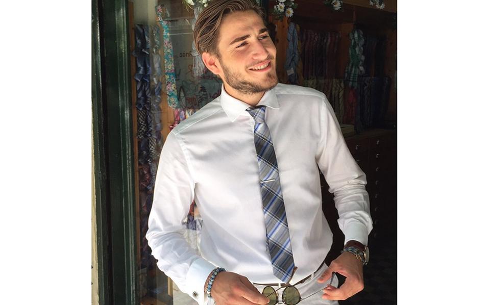 Στέφανος-Μάριος  Γρηγοριάδης, 21 fashion bloger - επιχειρηματίας Αν παρακολουθήσει κανείς τα προφίλ του Στέφανου στα social media, θα αντιληφθεί γρήγορα την επιρροή που ασκεί μέσω της δουλειάς του, αφού έχει πείσει εκατοντάδες νέους να τον ακολουθούν και να τον υποστηρίζουν. Ο,τι φοράει και ανεβάζει γρήγορα γίνεται trend και οι παραγγελίες κατακλύζουν το email του. Επηρεασμένος από γνωστούς ιταλικούς οίκους, προβάλλει τα προϊόντα και αξεσουάρ ανδρικής μόδας που ο ίδιος δημιουργεί. Από το 2012 και κάθε χρόνο παρευρίσκεται στο Μιλάνο προσκεκλημένος στη διεθνή έκθεση ανδρικής μόδας, ενώ διατηρεί επαφές με πολλούς άλλους fashion blogers της Ευρώπης και της Αμερικής. Με σπουδές Μάρκετινγκ στο Αμερικανικό Κολλέγιο Θεσσαλονίκης, ο Στέφανος έχει καταφέρει να χτίσει ένα πιστό νεανικό κοινό που ενδιαφέρεται για το στυλ και την κομψότητα. Γεννήθηκε και μεγάλωσε στη Θεσσαλονίκη, σε μια οικογένεια όπου το εμπόριο αποτελούσε για πολλές γενιές κύρια απασχόληση.