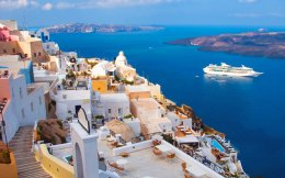 Ο πρόεδρος της Ενωσης Ξενοδόχων Σαντορίνης Μανώλης Καραμολέγκος επιβεβαιώνει ότι η τουριστική κίνηση στο νησί θα είναι αυξημένη σε σχέση με πέρυσι. Φέτος, επισημαίνει, είναι σχεδόν πενταπλάσιος ο αριθμός των μονάδων που βρίσκονται εν λειτουργία σε σχέση με την πασχαλινή περίοδο του 2015. Επίσης, εκτιμά ότι κατά μέσον όρο η πληρότητα των καταλυμάτων θα κινηθεί κοντά στο 70%.