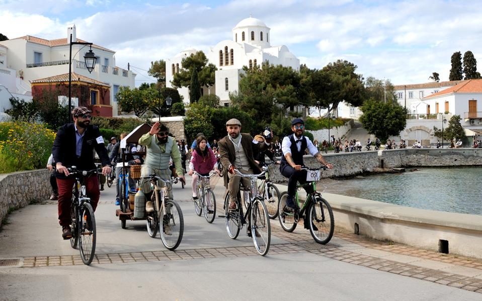 Δεν είναι μέλη του καστ του «Downton Abbey», αλλά οι Ελληνες Tweed Runners στις Σπέτσες.