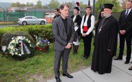 Μπροστά από το ελληνικό κενοτάφιο στο Φλόσενμπουργκ βρίσκονται ο γενικός πρόξενος της Γαλλίας στη Βαυαρία, κ. Ζαν-Κλοντ Μπρουνέτ, ο πρωτοπρεσβύτερος του Οικουμενικού Θρόνου, κ. Απόστολος Μαλαμούσης και ο αντιπροέδρος της Βαυαρικής Βουλής, κ. Πέτερ Μέγιερ (από αριστερά προς δεξιά).