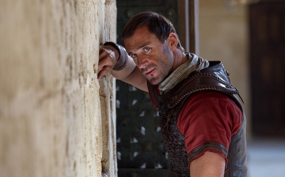 Ο Τζόζεφ Φάινς ενσαρκώνει έναν Ρωμαίο αξιωματικό, ο οποίος ασπάζεται τον χριστιανισμό.